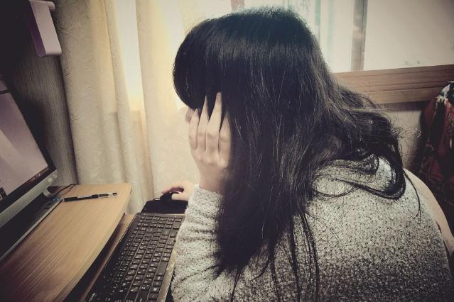 医学部の受験勉強に悩む女子生徒